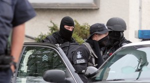 Swat teams raid Your Black Muslim Bakery Aug. 3, 2007 (Laura A. Oda/Oakland Tribune)