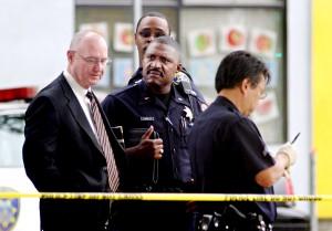 Chief Wayne Tucker, left, at scene of fatal shooting of Chauncey Bailey Aug. 2, 2007 (LauraOda/Oakland Tribune)