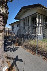 Avenal Ave. house in East Oakland where a woman was tortured in 2007 (Oakland Tribune)